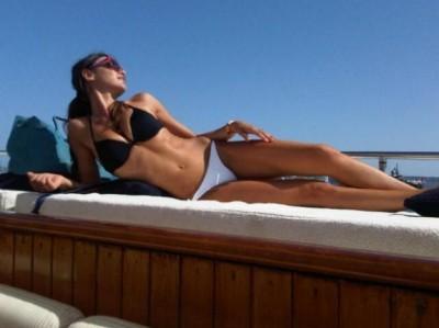 l'estate è ancora giovane,lussuoso yacht,super sexy in bikini,le forme conturbanti in bella mostra,vacanza,bikini bianco,curve mozzafiato,barca,ammiratori,cuore